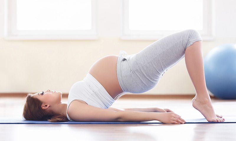 Eine Schwangerschaft bringt viel Veränderungen und Umstellung mit sich. Dabei kann Schwangerschaftsyoga eine sinnvolle Ergänzung zur klassischen Geburtsvorbereitung sein