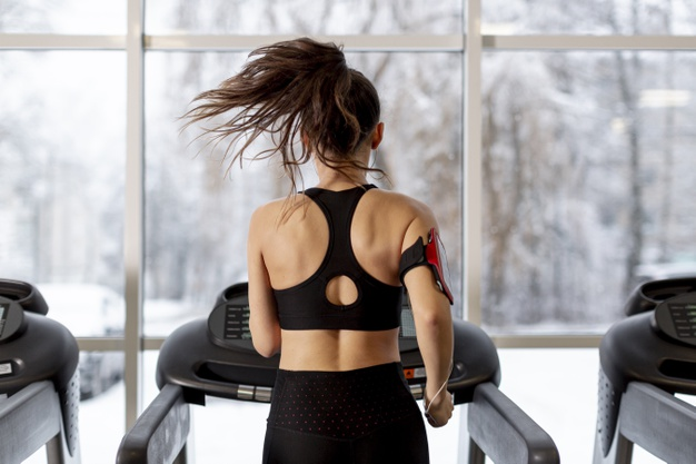 Bodyattack ist ein durch viele verschiedene Sportarten inspieriertes Cardio-Workout, bei welchem athletische Bewegung wie Laufen, Ausfallschritte oder Springen mit Kraftübungen wie Push-Ups und Squats kombiniert werden.