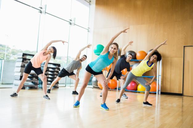 Nia ist ein ganzheitliches Bewegungskonzept, das mit verschiedenen Elementen aus Tanz, Kampfsport und Entspannungstechniken arbeitet.