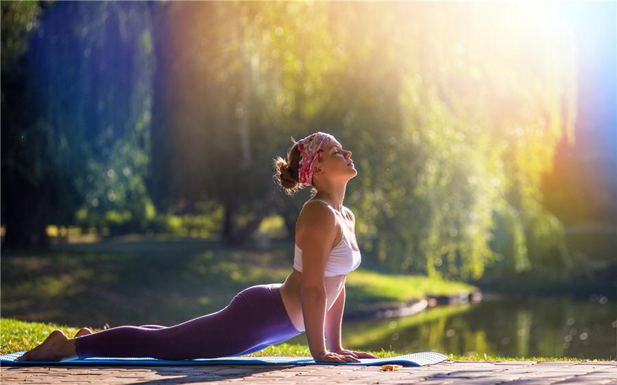 Yoga Nidra ist eine von Swami Satyananda begründete Tiefenentspannungstechnik, die auf körperlicher, mentaler und emotionaler Ebene entspannen soll.